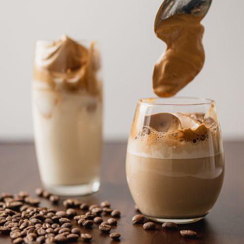 Dalgona coffee recept, frappé met oploskoffie