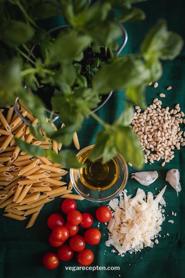 Vegetarische pasta pesto ingredienten