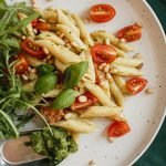 Vegetarische pasta pesto maken