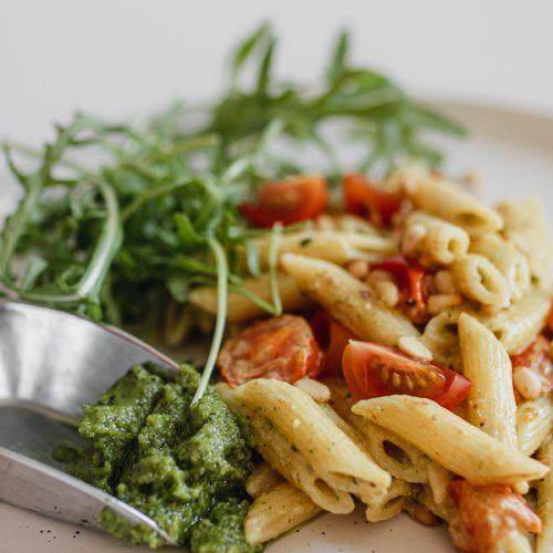Vegetarische pasta pesto met pijnboompitten