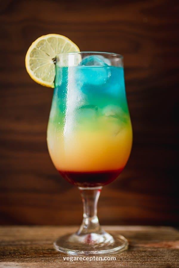 Regenboog cocktail met malibu