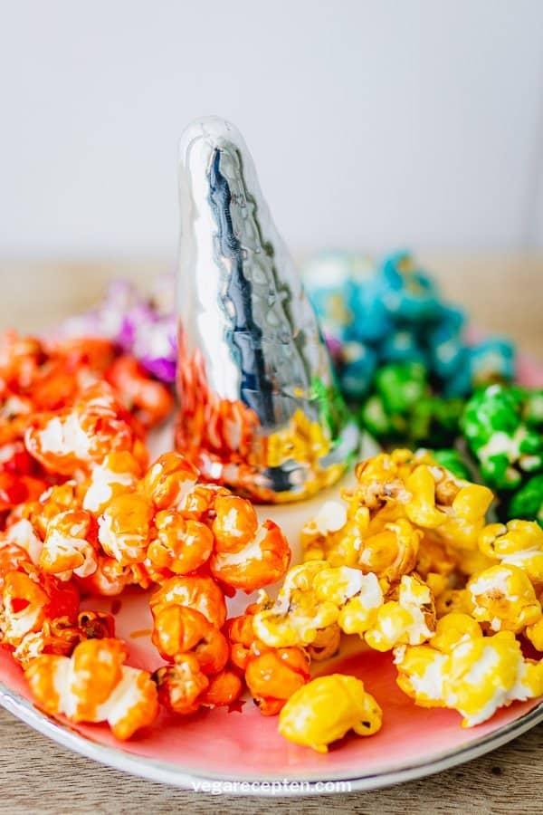 Zoete popcorn maken in regenboogkleuren