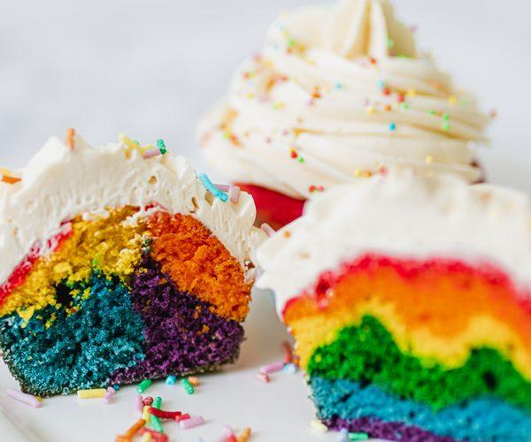 Regenboog cupcakes maken met botercreme en discodip
