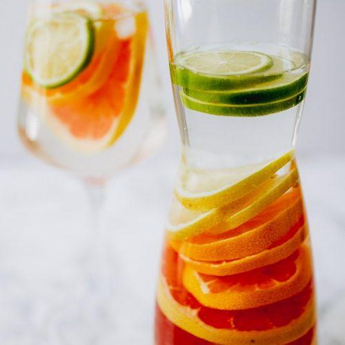 Regenboog fruit water maken in een kan
