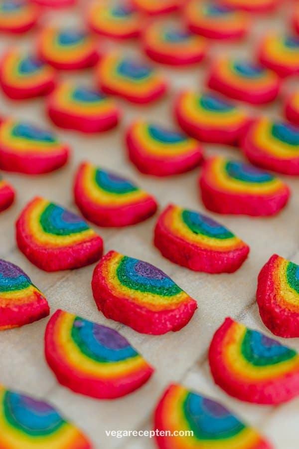 Regenboog gekleurde koekjes maken