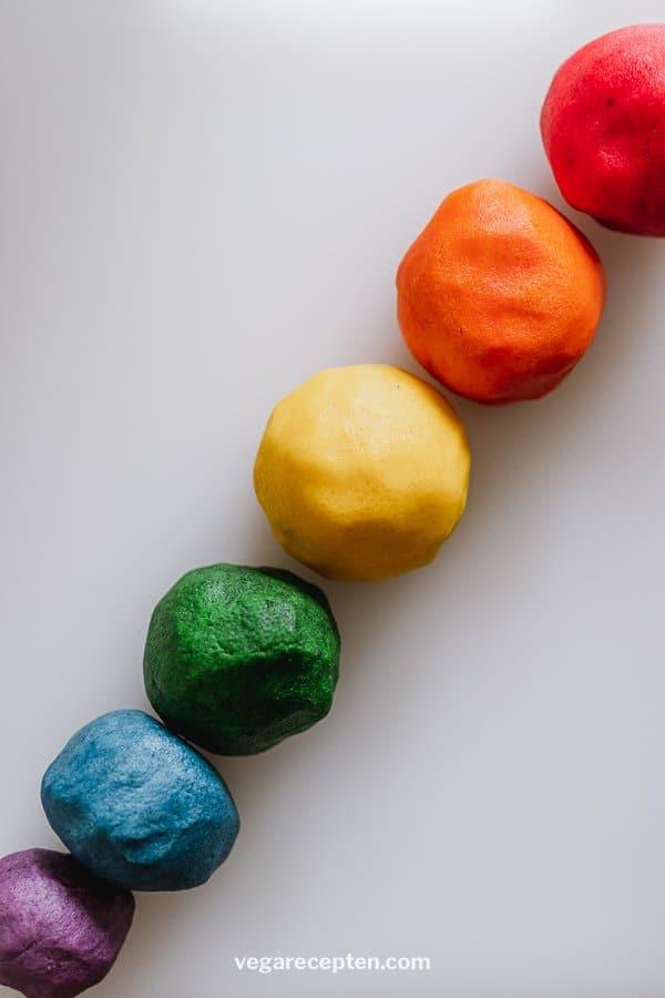 Regenboog gekleurde koekjesdeeg