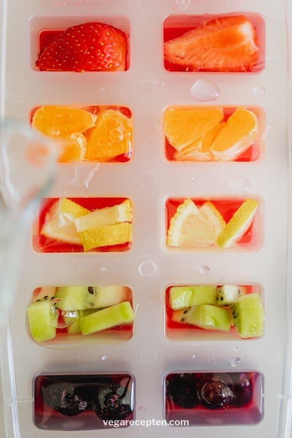 Regenboog ijsblokjes maken