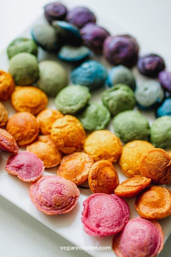 Regenboog poffertjes met natuurlijke kleurstoffen
