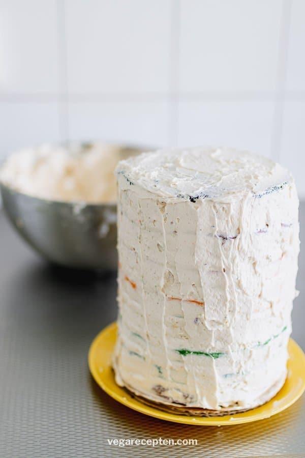 Regenboog taart versieren