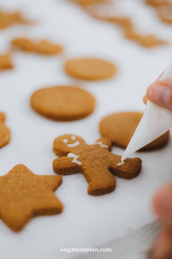 Make Christmas cookies with vegan royal icing