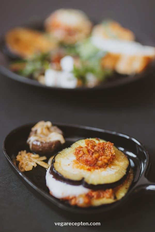 Vegetarisch gourmetten aubergine met mozzerella