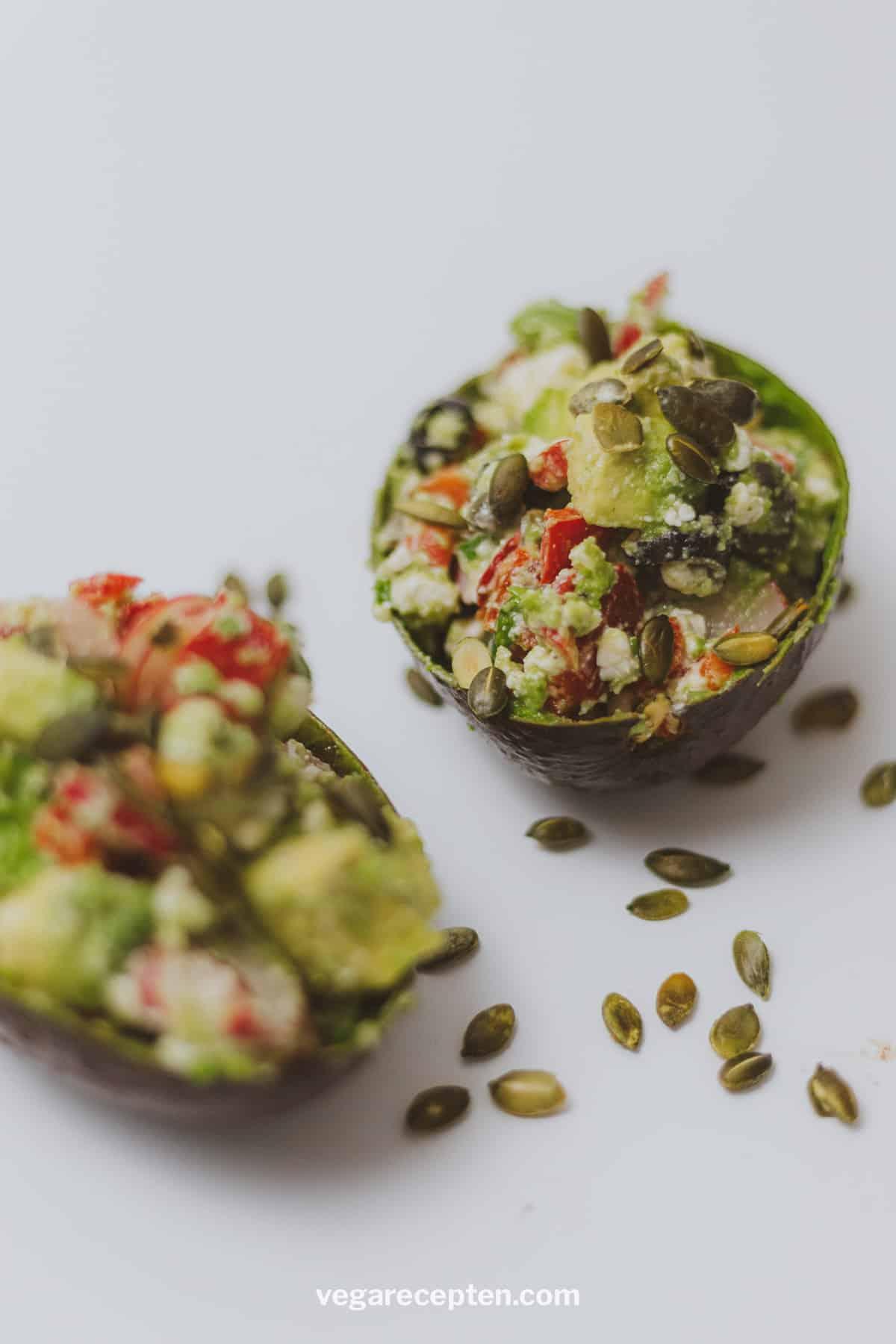 Gevulde avocado salade vegetarisch