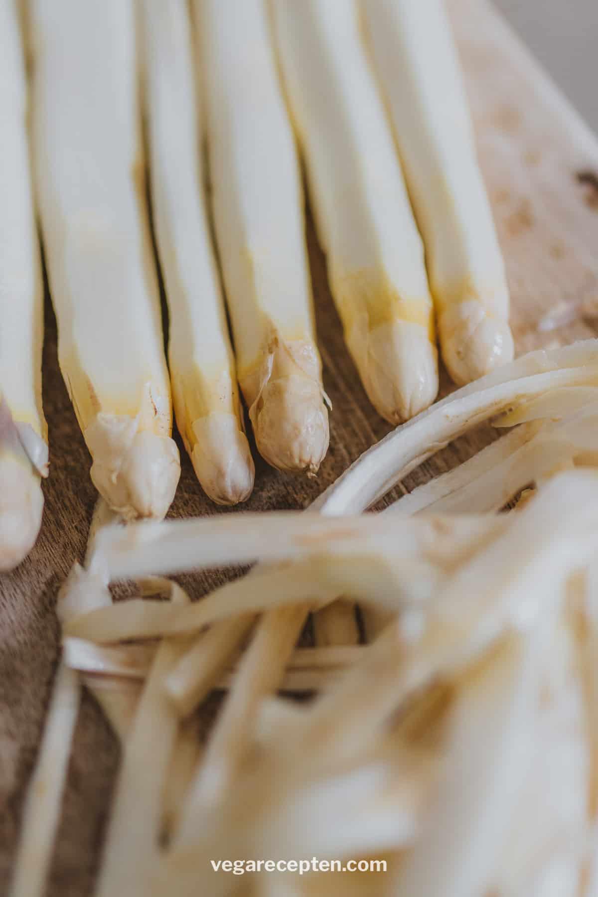 Witte asperges schillen