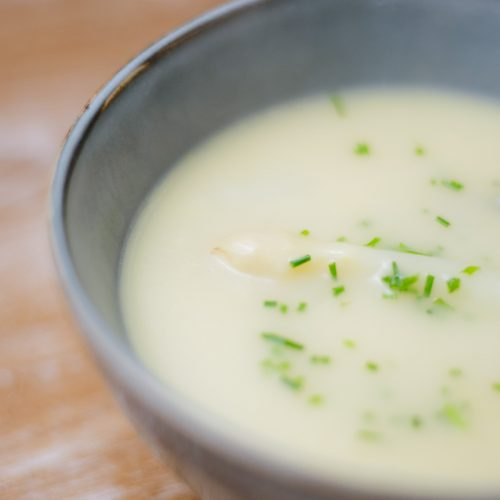 Schillen aspergesoep maken
