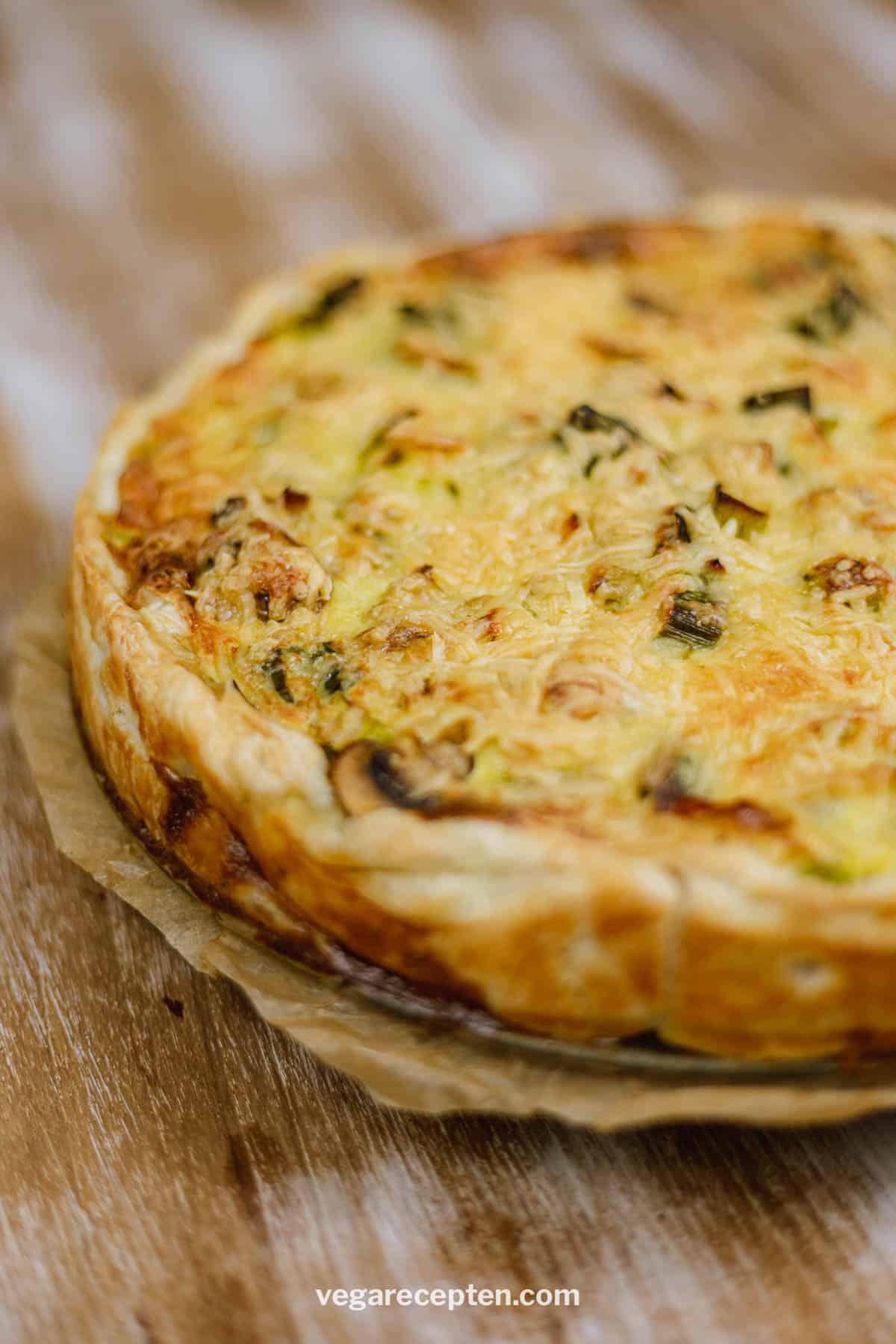 Vegetarische hartige taart met prei en champignon
